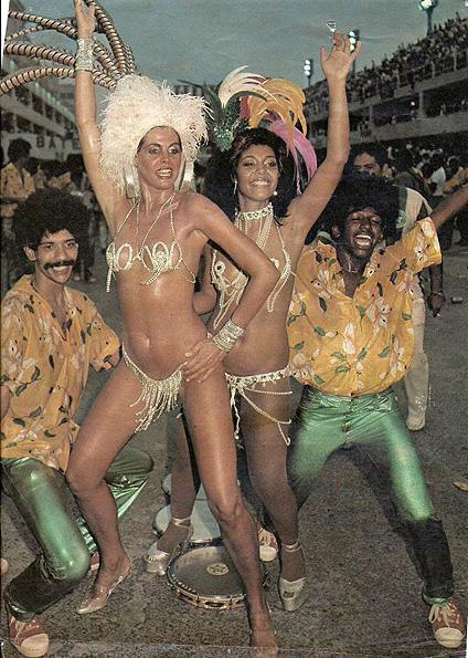 A primeira famosa a desfilar como rainha de bateria foi Monique Evans. Ela conta que caiu de paraquedas na Mocidade, em 1984, e que só viu a fantasia, um simples biquíni de strass, no dia do desfile