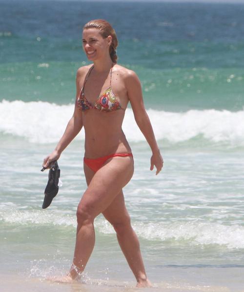 Carolina Dieckmann exibiu o corpão na praia nesta quinta-feira, 5.