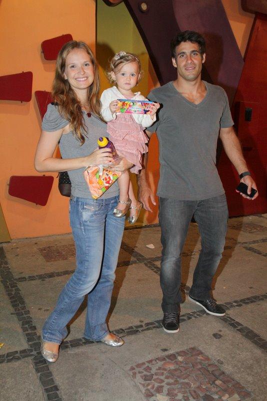Fernanda Rodrigues e Raoni Carneiro com a filha luísa  em festa no Rio (Foto: Anderson Borde/ Ag. News)
