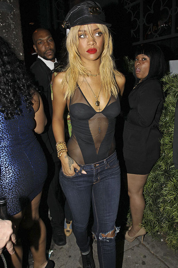 Rihanna é vista deixando boate em Hollywood com os amigos (Foto: Honopix)