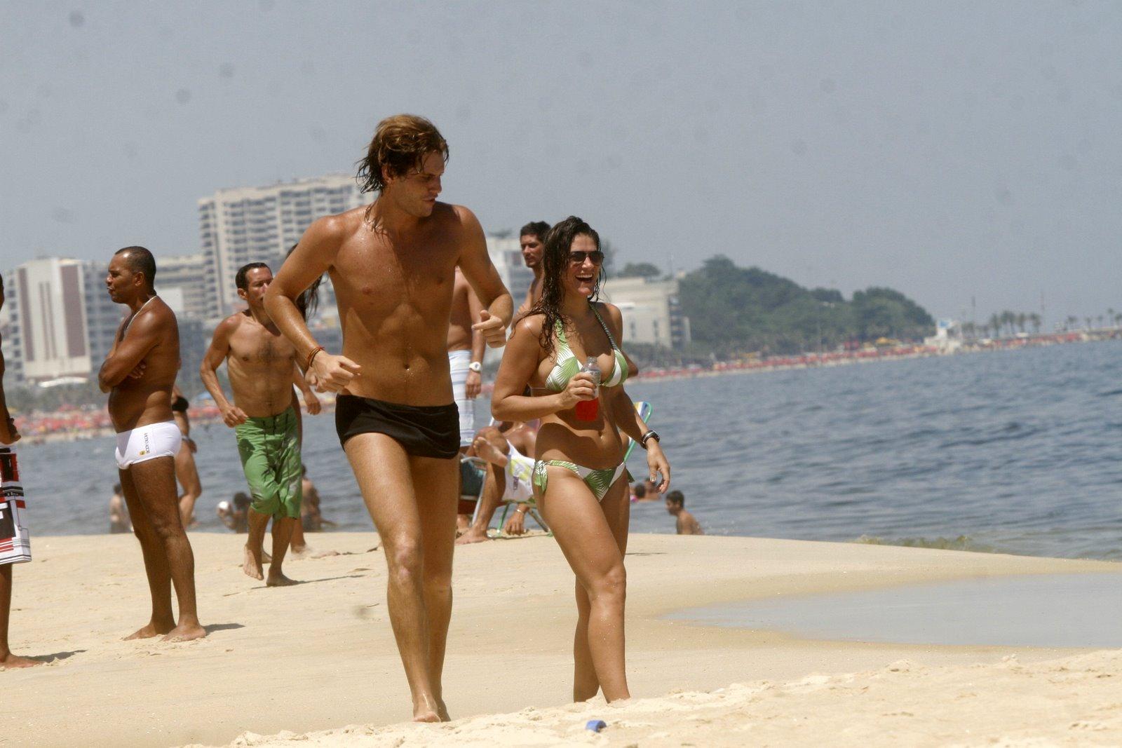 Priscila Fantin foi à praia do Leblon, na Zona sul do Rio, nesta terça-feira, 7