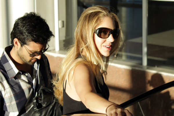 Sérgio Marone e Juliana Barone em aeroporto no Rio (Foto: Bruno Lecambel/ Photo Rio News)
