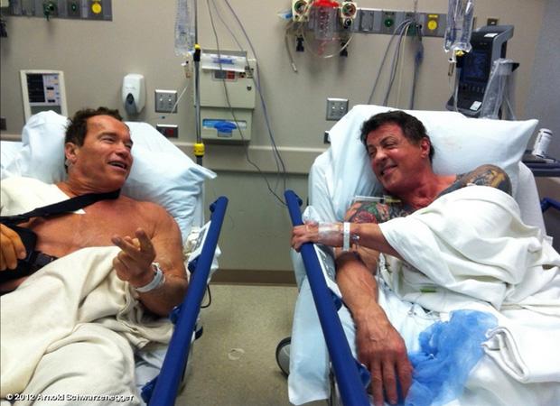Arnold Schwarzenegger e Silvester Stallone no hospital (Foto: Site Oficial / Reprodução)