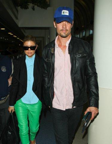 Fergie com o marido Josh Duhamel em aeroporto de Los Angeles, nos EUA (Foto: Studio Press/ Agência)