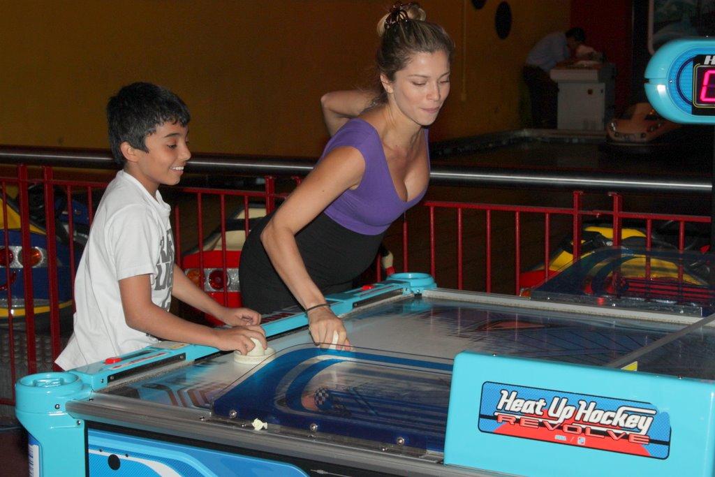 Nesta quarta-feria, 8, Grazi Massafera se divertiu com jogos eletrônicos. A atriz foi com parentes a um shopping na Barra da Tijuca, na Zona Oeste do Rio