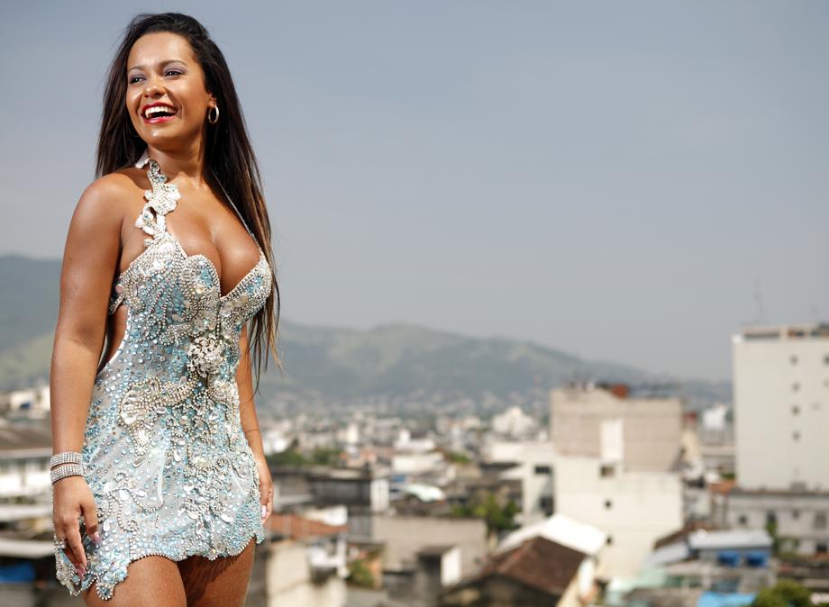Raíssa posou em uma laje de Nilópolis, sua cidade e berço da Beija-Flor, para o EGO