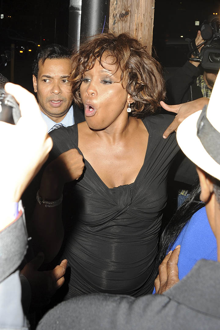 Whitney deixando uma boate em Los Angeles