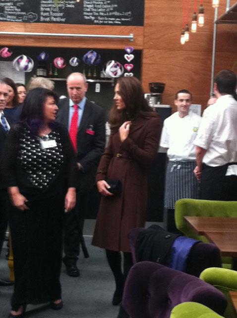 Kate Middleton em visita a bar de Liverpool (Foto: Twitter/Reprodução)