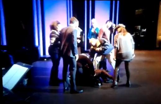 Menina desmaia no American Idol (Foto: Reprodução)