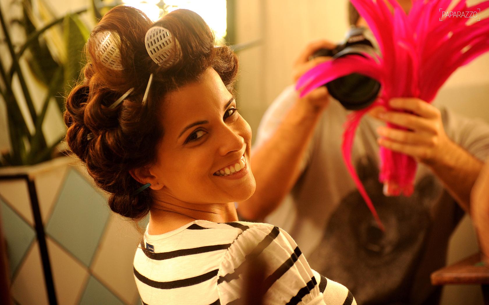 Renata Santos, rainha de bateria da Mangueira, se prepara para encarar as lentes do Paparazzo
