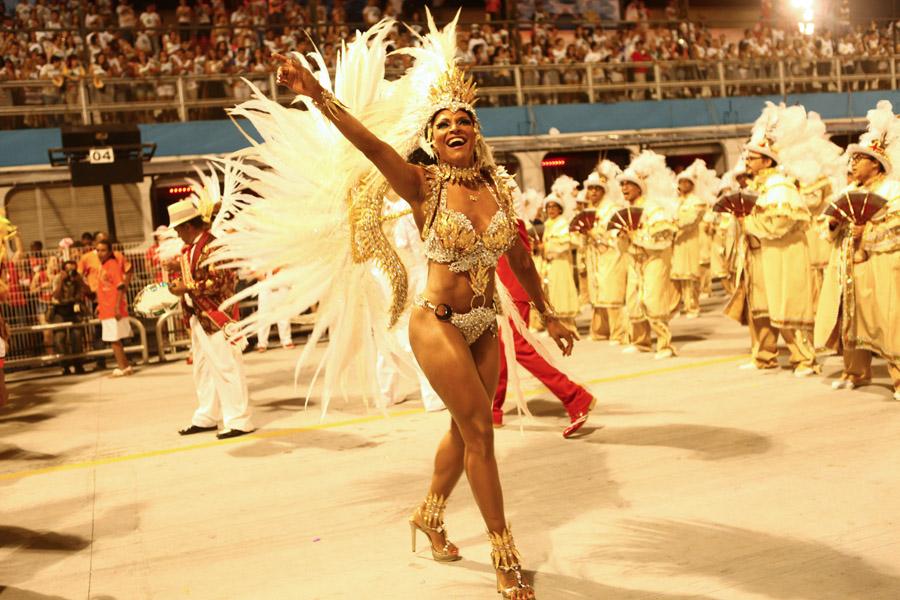 Simone Sampaio desfila pela Dragões da Real, em São Paulo