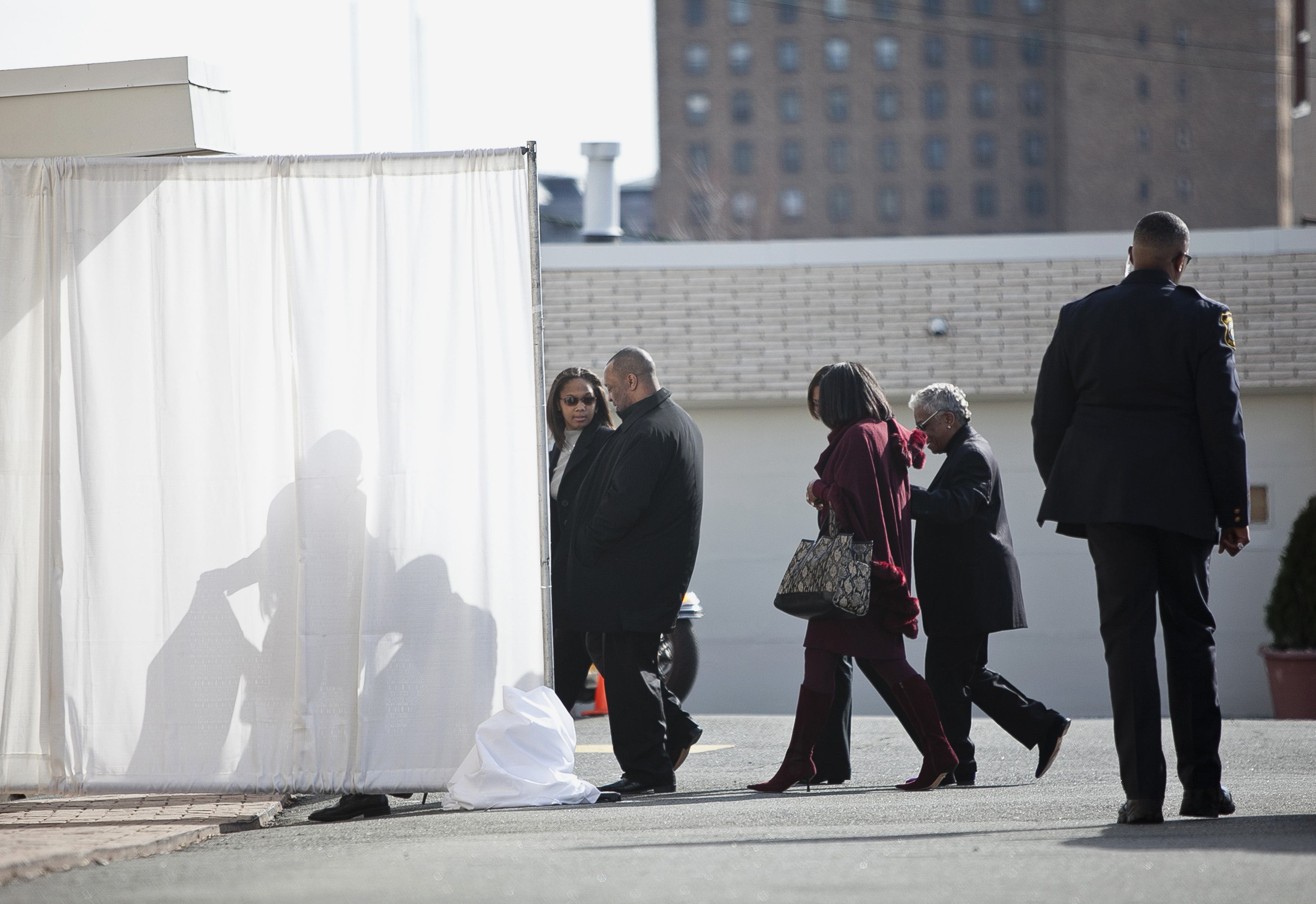 Familiares de Whitney Houston, incluindo a filha, Bobbi Kristina, chegam ao Whigham Funeral Home para acompanhar a saída do corpo da cantora em direção ao cemitério