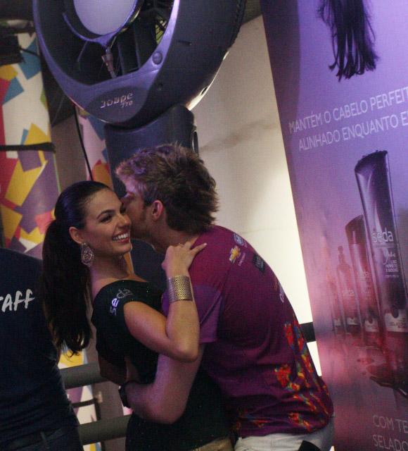 Ísis Valverde namora em camarote de Salvador (Foto: Adenilson Nunes / Divulgação)