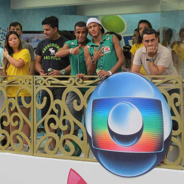 Os jogadores Lucas e Neymar assistem à apresentação de Ivete Sangalo neste domingo, 19, em um camarote em Salvador