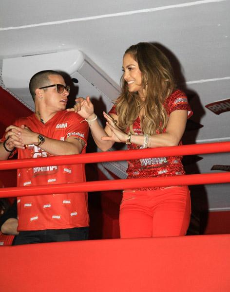 Jennifer Lopez e o namorado no camarote da Sapucaí (Foto: Francisco Silva / AgNews)