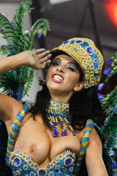 Daniela França, musa da Unidos do Peruche, deixa seio à mostra (Foto: Amauri Nehn / AgNews)