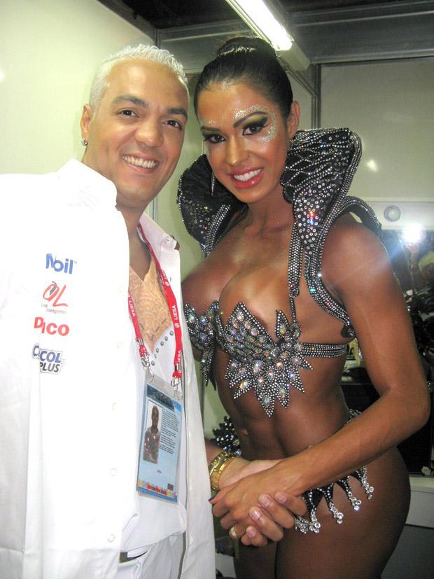 Gracyanne Barbosa contou com a ajuda do marido, o cantor Belo, para se arrumar antes do desfile