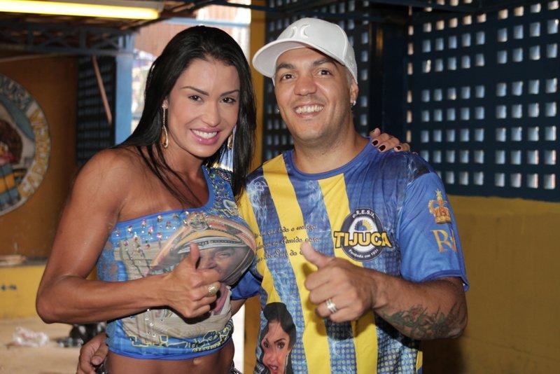 Rainha de bateria da Unidos da Tijuca, Gracyanne Barbosa foi com Belo à quadra da escola para comemorar o título de campeã do carnaval