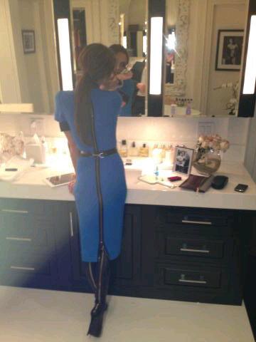 Victoria Bekcham: retocando a maquiagem no banheiro de casa (Foto: Reprodução / Twitter)