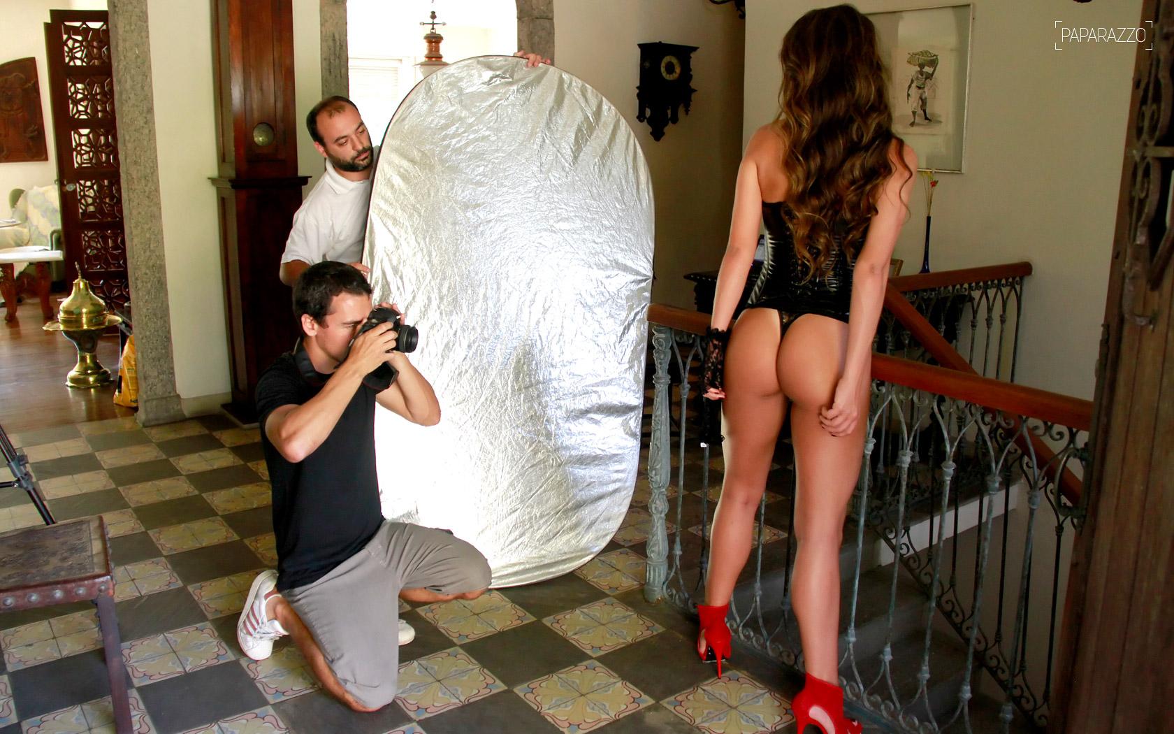 A ex-BBB Laisa é fotografada por Marcos Serra Lima, com a assistência de Guto Ramos
