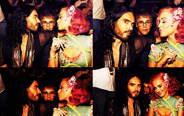 Katy Perry e Russell Brand - quando ainda eram um casal - paparicaram o cantor durante a premiação VMA. Bieber postou a foto em seu Twitter