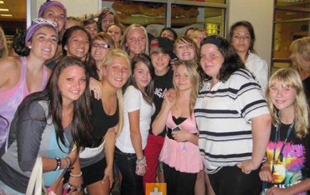 O cantor é cercado por fãs em lanchonete do Canadá