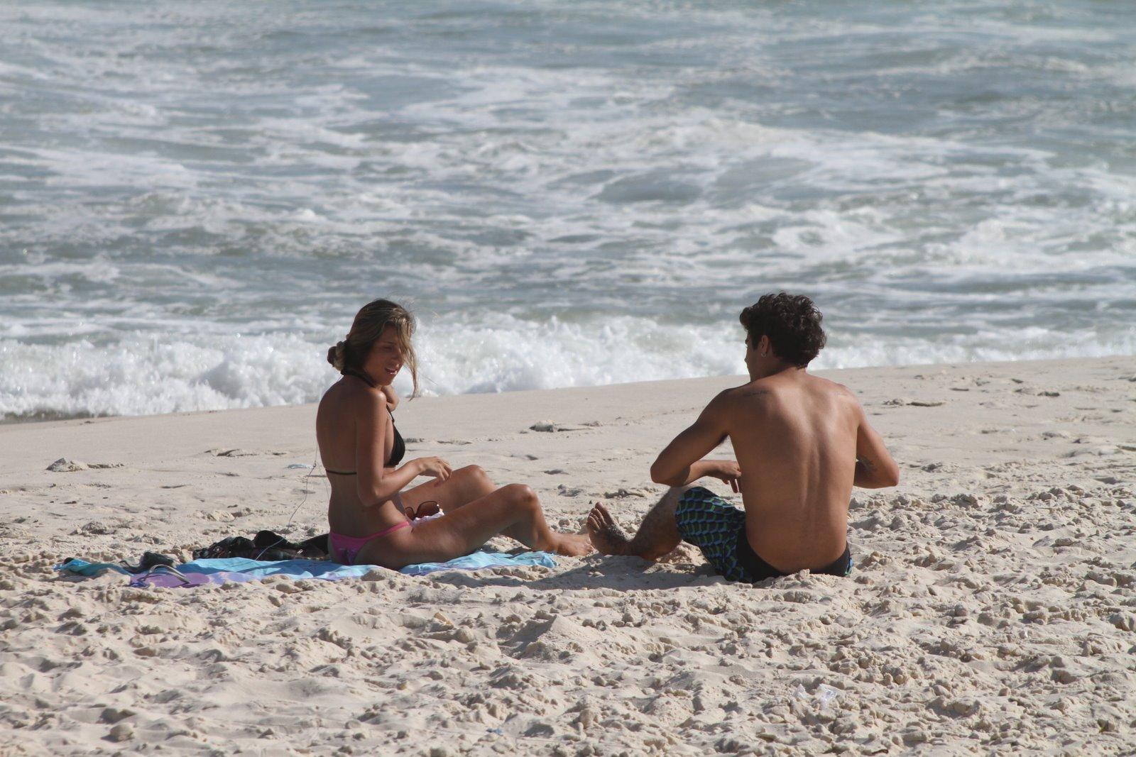 Caio Castro e a loira na praia da Barra