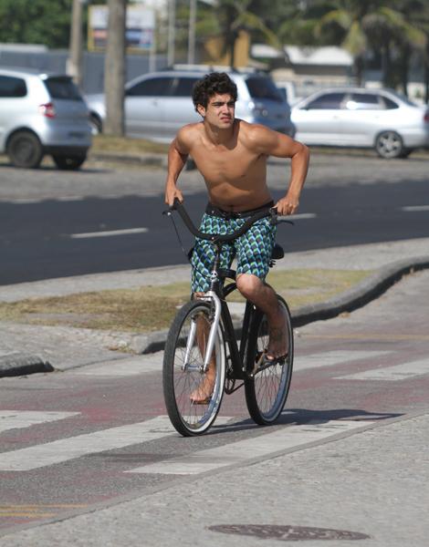 Caio Castro pedala pela praia da Barra da Tijuca, no Rio