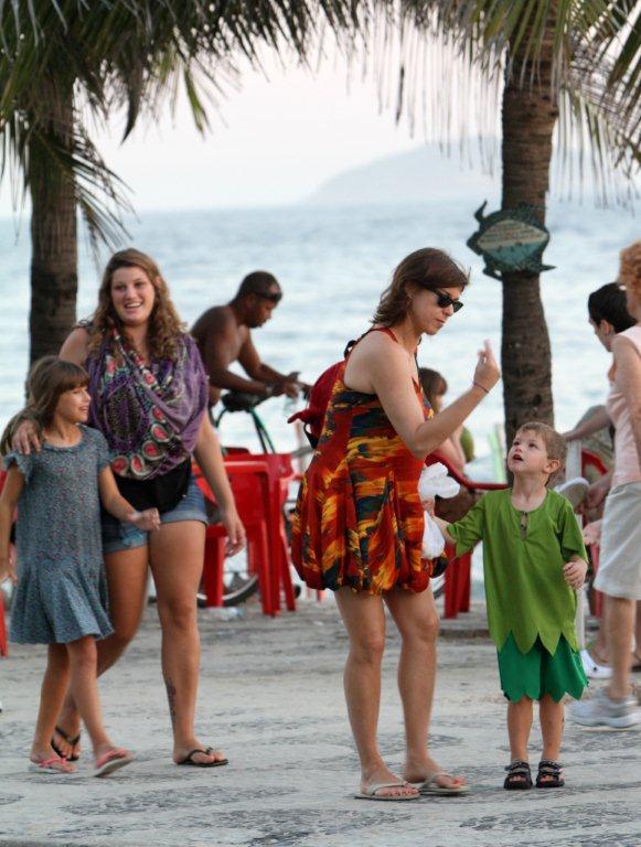 Maria Paula curte fim de tarde em Ipanema com os filhos e uma amiga (Foto: André Freitas / AgNews)