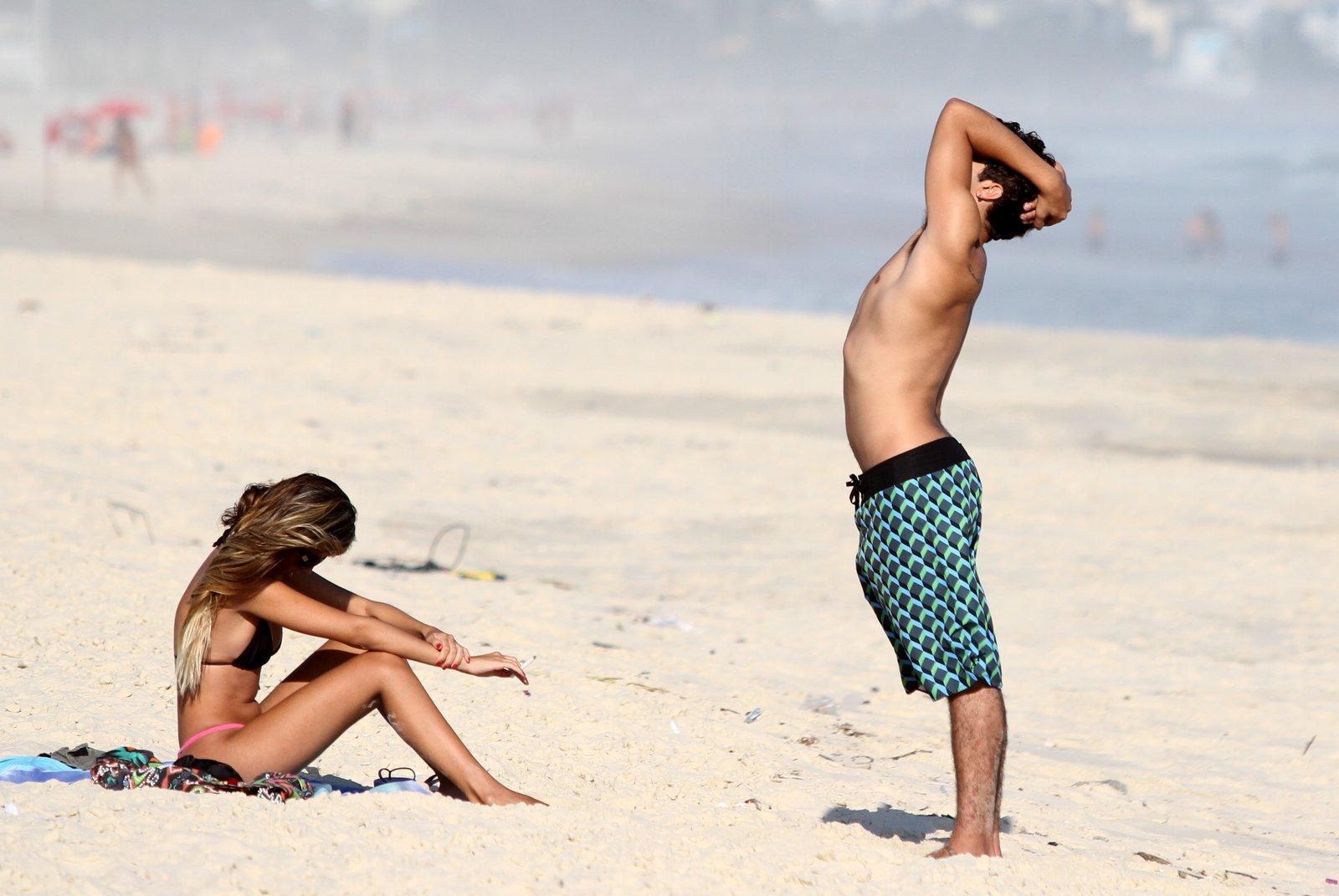 Caio Castro na praia da Barra