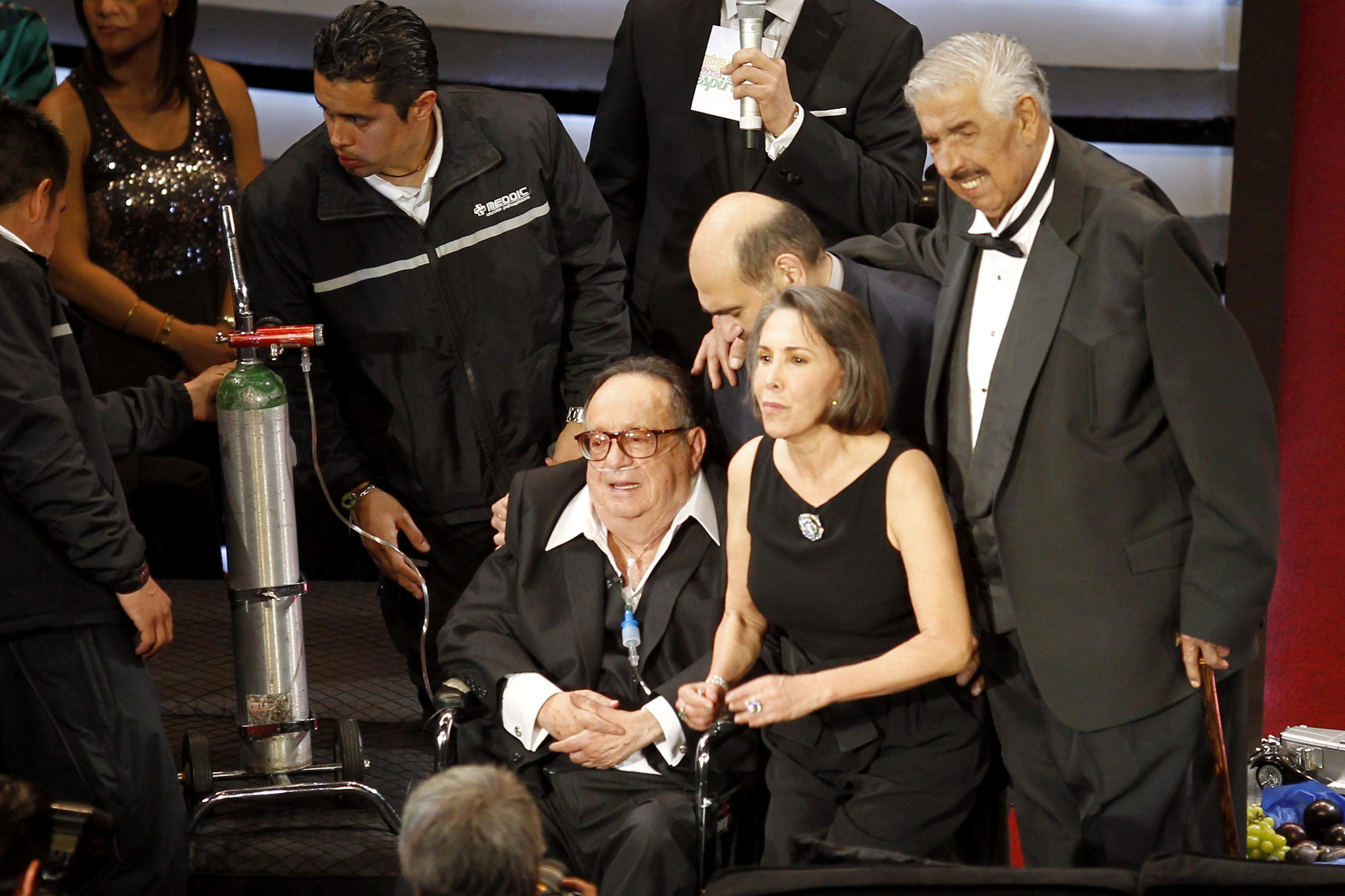 """Bolaños durante homenagem do elenco do seriado """"Chaves"""" ao lado da mulher, a atriz Florinda Meza, a Dona Florinda"""