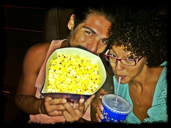 Sheron Menezzes vai com o namorado Saulo Bernard ao cinema (Foto: Twitter/ Reprodução)