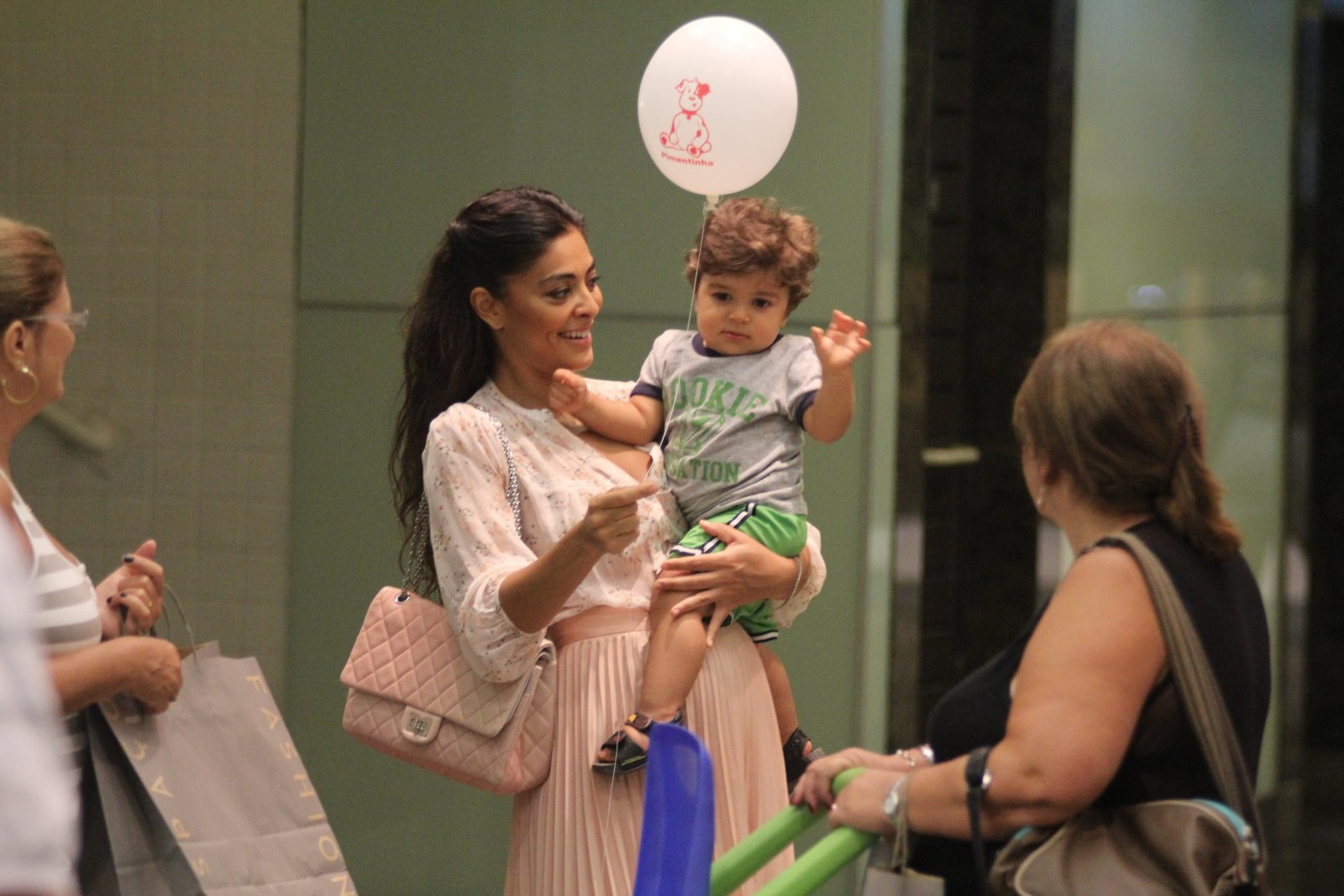 Juliana Paes e o filho, PedroEm março deste ano, Juliana Paes levou Pedro para passear em um shopping do Rio. Eles brincaram com um bola de gás