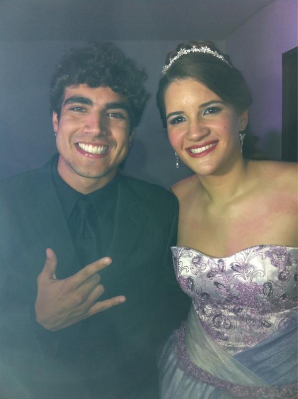 Caio Castro e a aniversariante, Marjorie (Foto: Reprodução/Twitter)