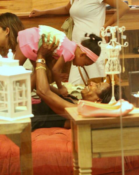 Glória Maria passeia com as filhas em shopping do Rio