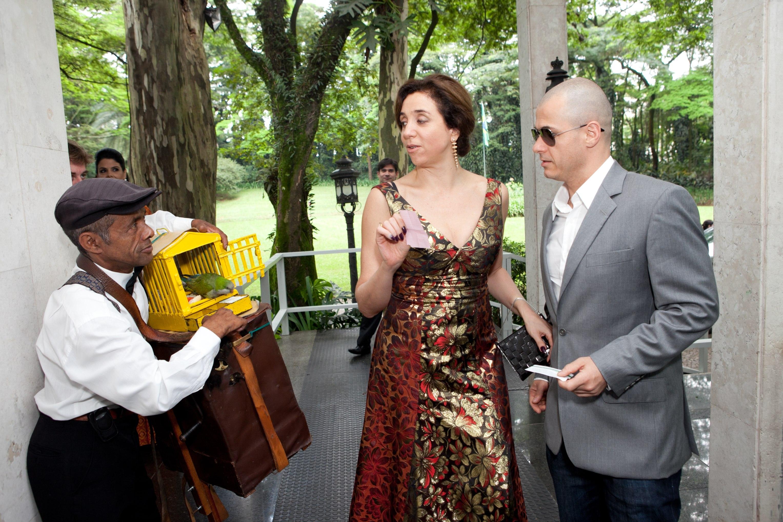 Assim que chegou ao casamento de Paulo Ricardo e Gabriela Verdeja, acompanhada de um amigo, Marisa Orth tentou a sorte com um papagaio