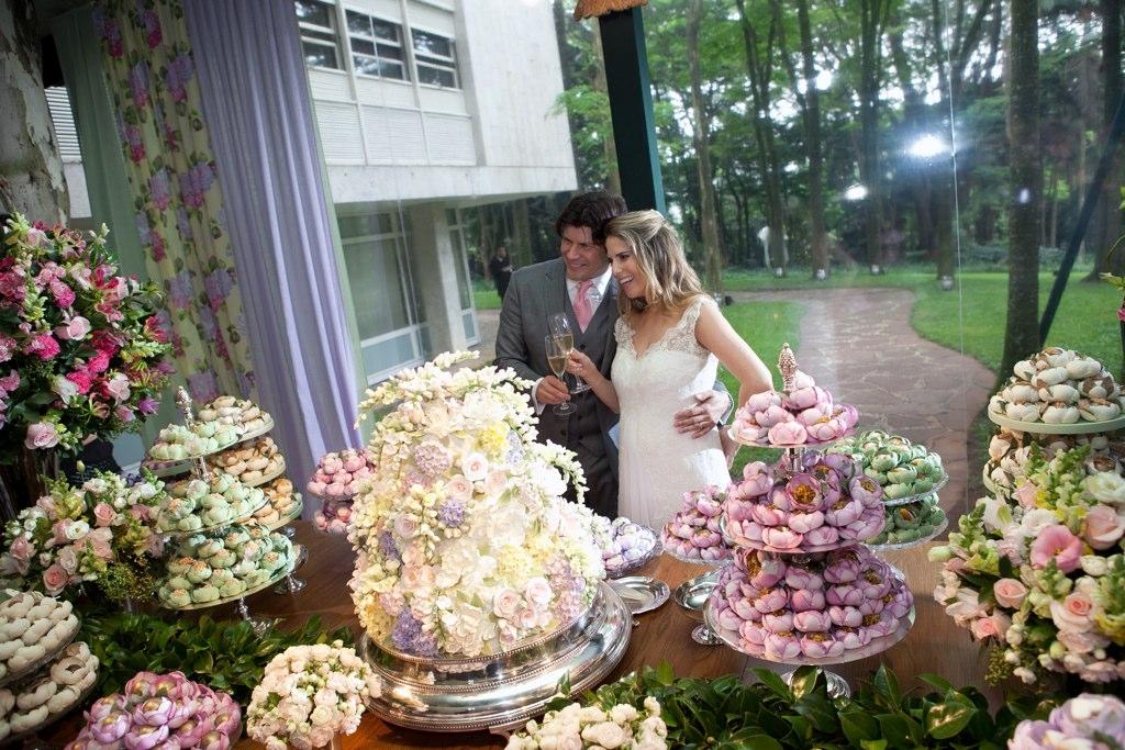 Os noivos, Paulo Ricardo e Gabriela Verdeja, brindam a união