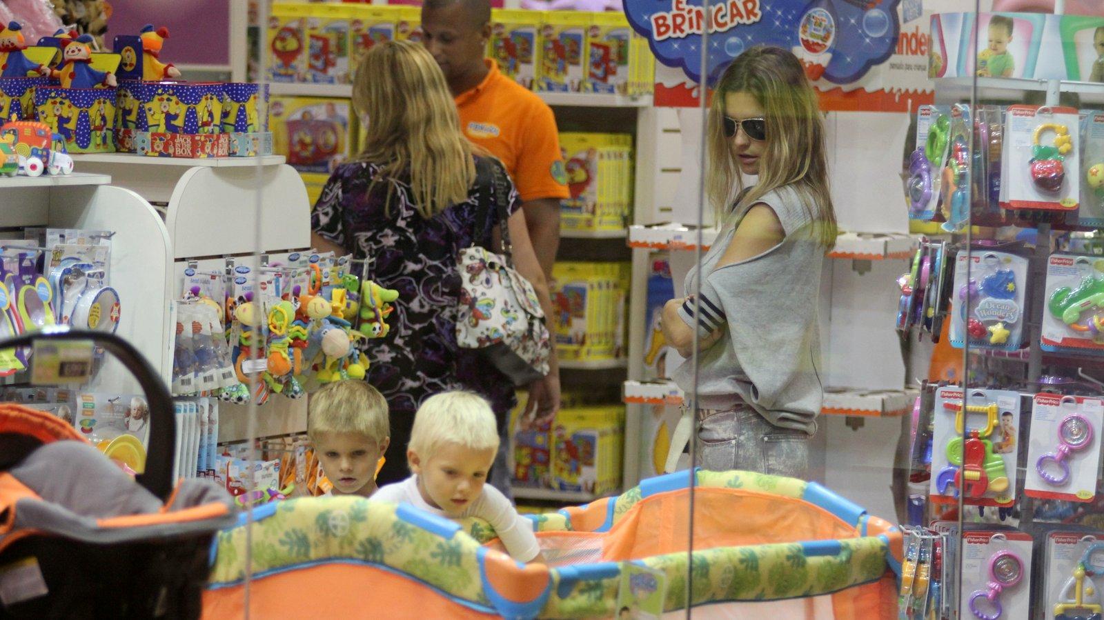 Fernanda Lima e os filhos gêmeos, João e Francisco, em uma loja de brinquedos num shopping na Barra da Tijuca, Zona Oeste do Rio. Os meninos exibiram cabelos mais curtinhos