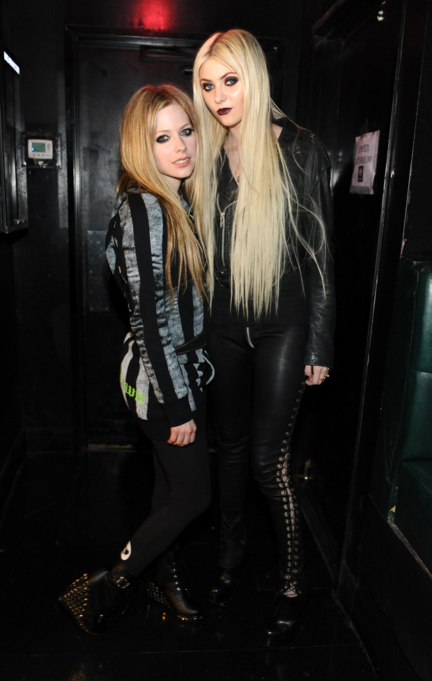 Avril Lavigne e Taylor Momsem (Foto: Getty Images)