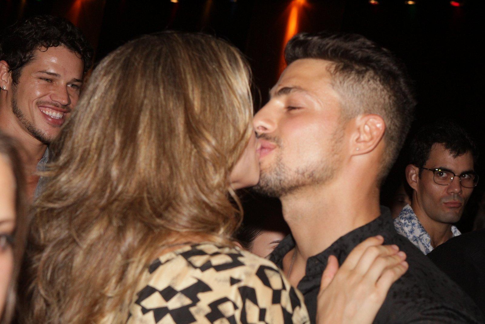 Grazi Massafera beija Cauã Reymond