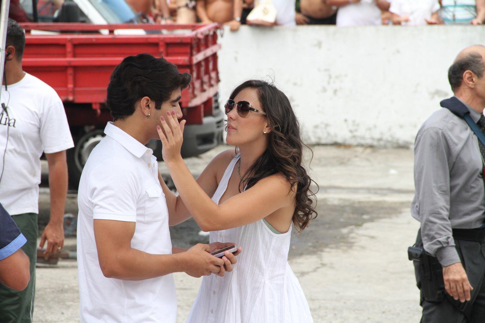 Adriana Birolli mostra carinho com o colega Caio Castro