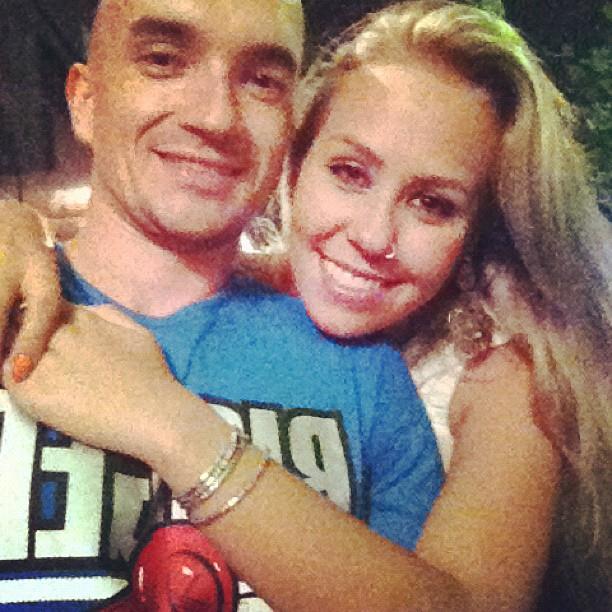 Filipe Soldati, ex-namorado da ex-BBB Renata, com loira (Foto: Twitter/ Reprodução)