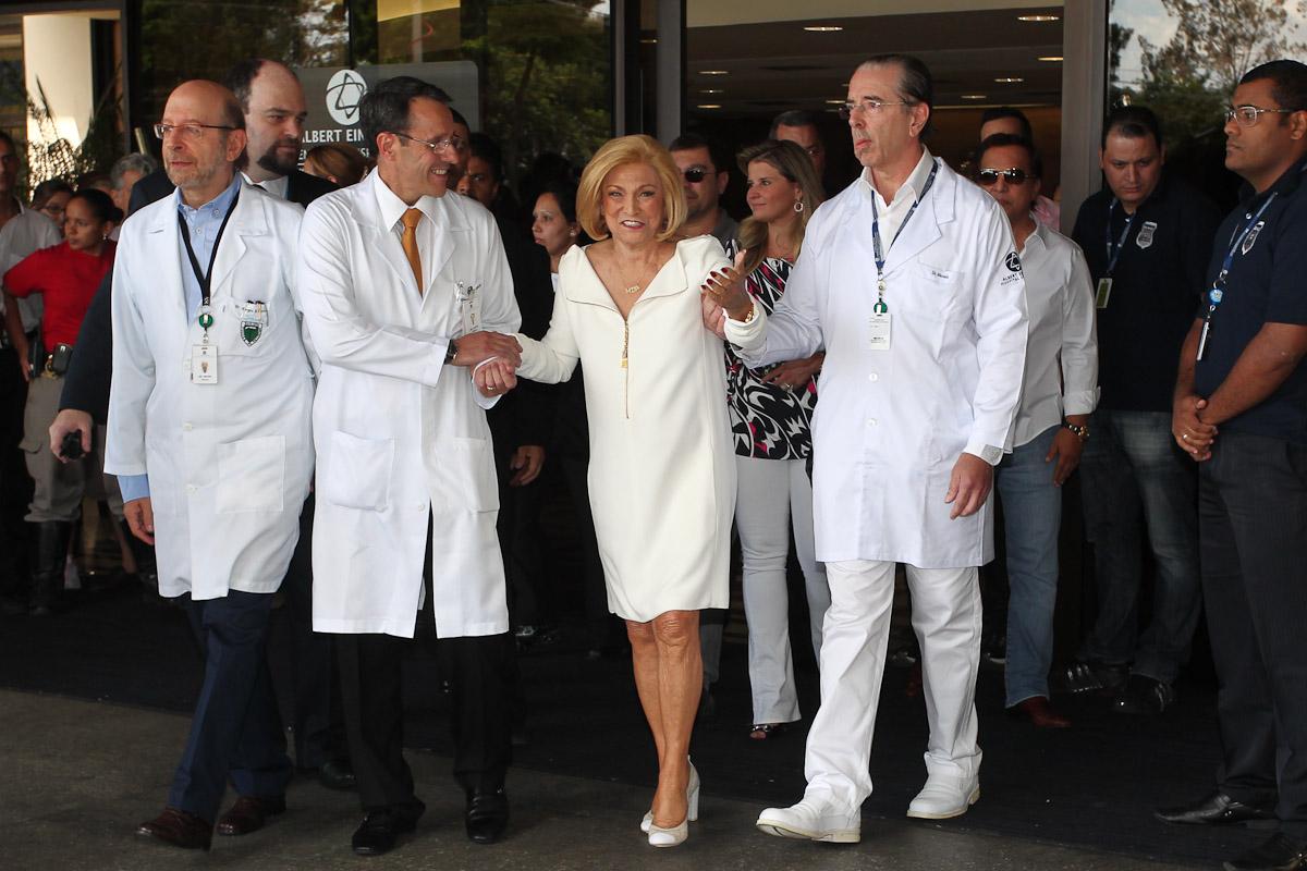 Hebe Camargo deixa o hospital Albert Einstein, nesta quinta-feira, 22, acompanhada por seus médicos. Internada há dez dias, a apresentadora se submeteu a uma cirurgia para retirada de tumor no intestino