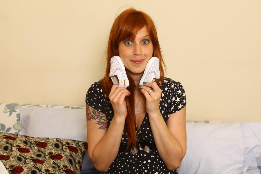 Mel Lisboa brinca com os sapatinhos da menina