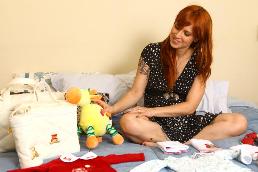 Mel Lisboa brinca com um bichinho de pelúcia de Clarice