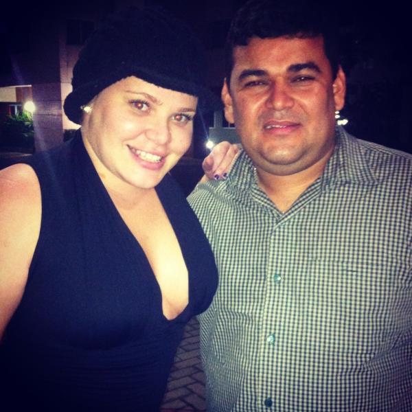 Ex-BBB Paulinha posa com o taxista Popó e após jantar em churrascaria no Rio (Foto: Twitter/ Reprodução)