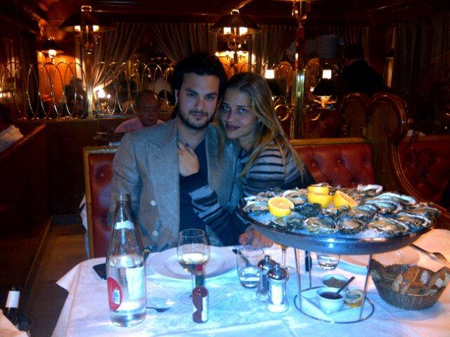 Ana Beatriz Barros com o namorado Karim El Chiat em Paris (Foto: Reprodução/Twitter)