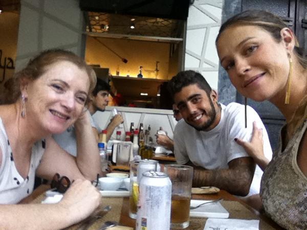 Luana almoça com a mãe e o marido (Foto: Reprodução /Twitter)