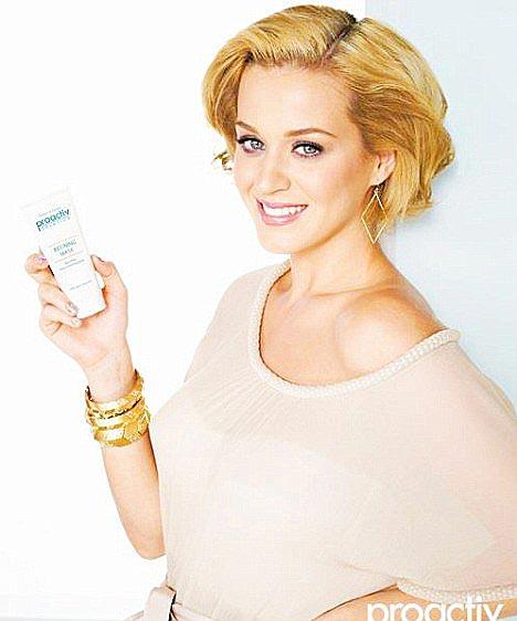 Katy Perry aparece loira em campanha de cosmético (Foto: Divulgação)