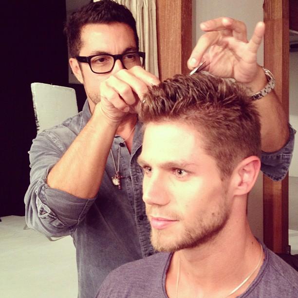 Fernando Torquatto corta o cabelo do ex-BBB Jonas (Foto: Twitter/ Reprodução)